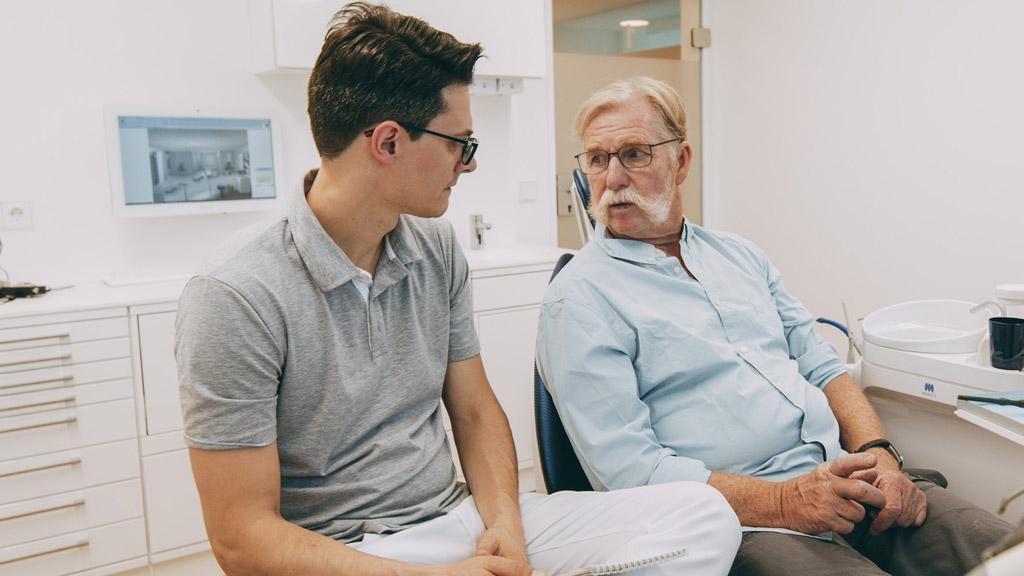 Zahnarzt informiert Patienten zur Parodontosebehandlung in Bonn-Oberkassel.