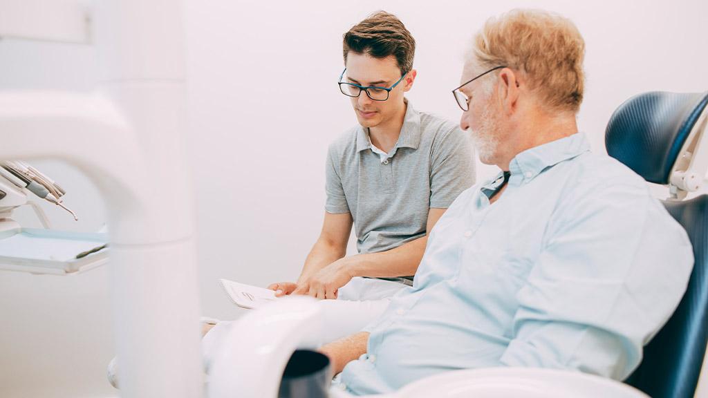 Dr. Gero Winkler ist Experte für hochwertige Zahnprothesen aus Bonn-Oberkassel.
