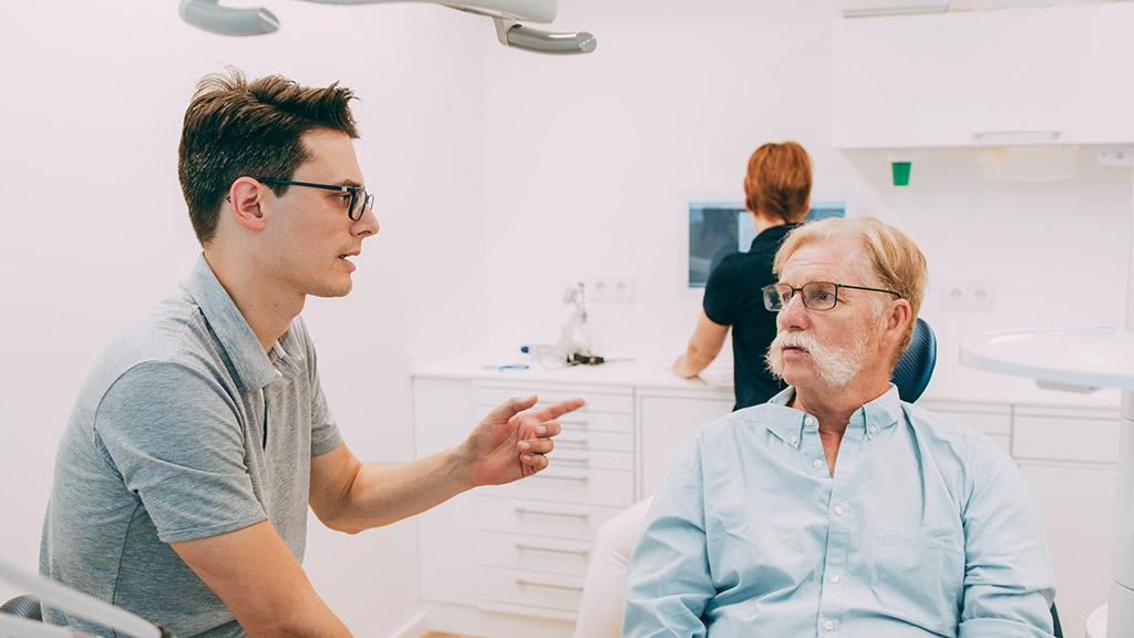 Zahnarzt Dr. Gero Winkler informiert Patienten zur richtigen Zahnprothese.