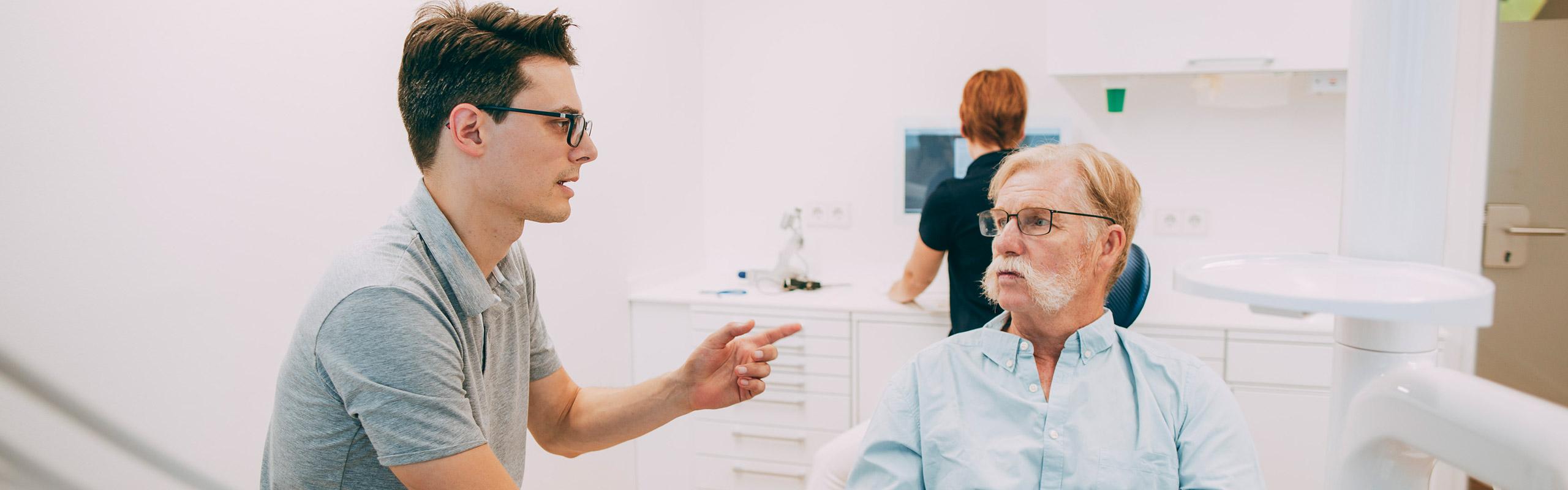 Zahnarzt Dr. Gero Winkler informiert Patienten zu Möglichkeiten mit Zahnprothesen in Bonn-Oberkassel.