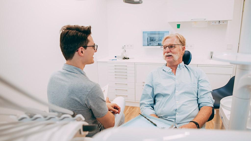 Zahnarzt informiert Patienten zu Zahnwurzelbehandlung in Bonn-Oberkassel.