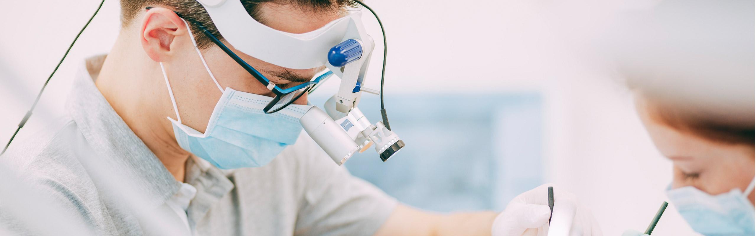 Moderne Zahnwurzelbehandlung mit Hilfsmitteln in Bonn-Oberkassel.