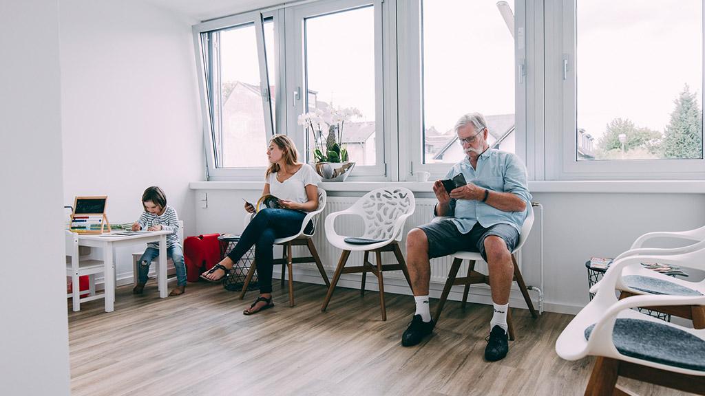 Patienten fühlen sich wohl beim Familienzahnarzt in Bonn-Oberkassel.